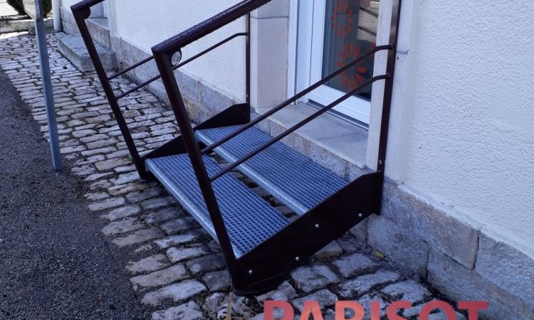 escalier 2 marche avec garde corps métal sur mesure marche caillebotis galvas, à Vaivre, Métallerie PARISOT Jocelyn