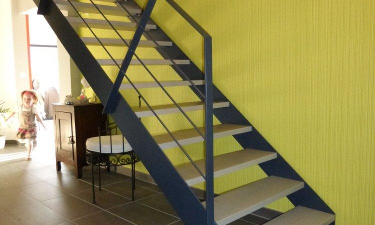 Escalier droit limon latéral métal et bois sur mesure, Vesoul, Métallerie PARISOT Jocelyn