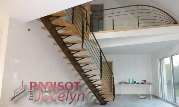 Escalier droit limon central métal et bois sur mesure, Vesoul, Métallerie PARISOT Jocelyn