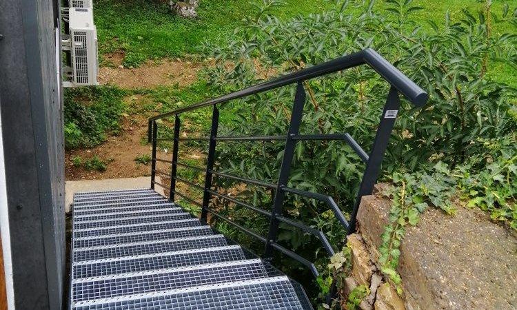 escalier métal extérieur avec palier sur-mesure , marches caillebotis pressé galvas et limon en fer plat large avec garde corps rampant métal, à Besançon, Métallerie PARISOT Jocelyn