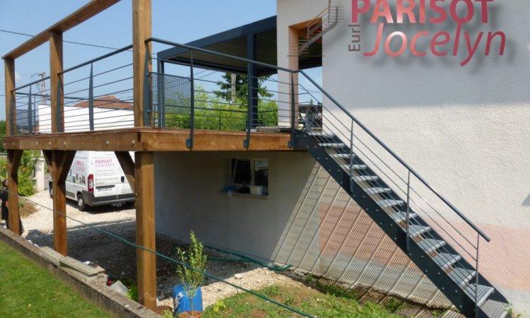 escalier métal sur-mesure extérieur pour terrasse sur pilotis,  marches caillebotis pressé galvas et limon en fer plat large avec garde corps rampant, à Vaivre, Métallerie PARISOT Jocelyn Vesoul