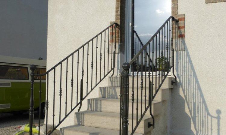 Garde corps fer forger sur-mesure sur escalier béton extérieur, à Navenne, Métallerie PARISOT Jocelyn