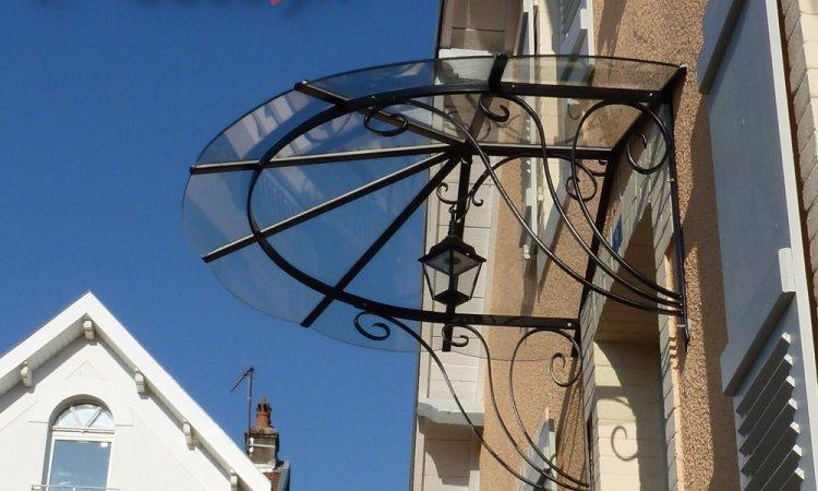 Marquise arrondie fer forgé visible sur secteur Marnay (70), conception et pose Métallerie PARISOT Jocelyn Vesoul
